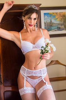 Conjunto de lingerie branco em tule e renda com cinta liga