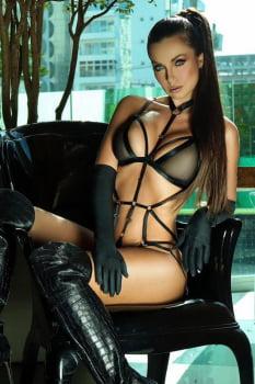 Body strappy preto em tiras