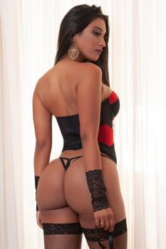 Espartilho tomara que caia preto e vermelho com luvas e venda
